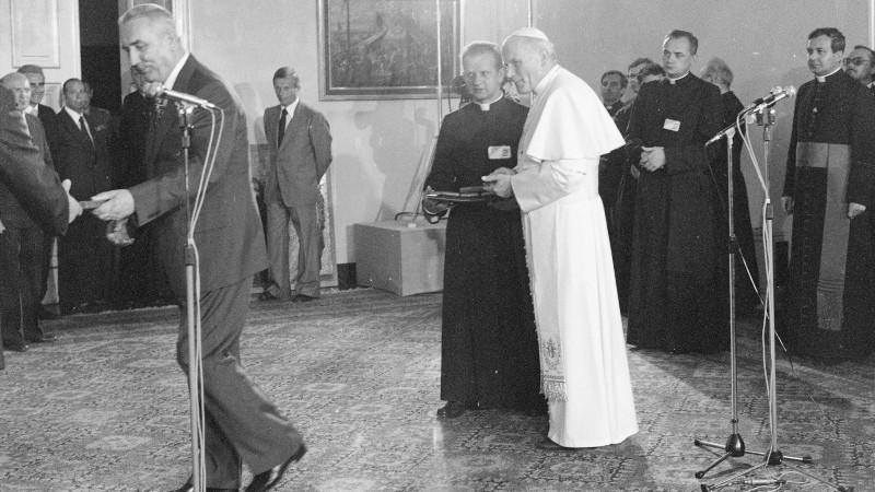 První tajemník Polské sjednocené dělnické strany Eduard Gierek při setkání s papežem v paláci Belveder. Lech Zielaskowski/NAC