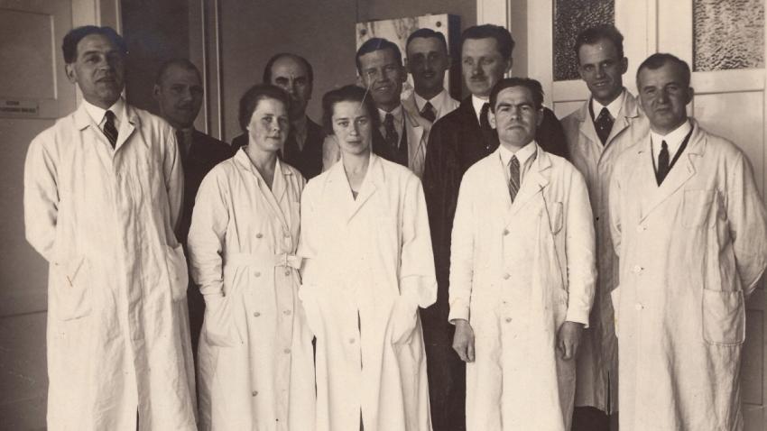 Tým Státního výzkumného ústavu zemědělského, v němž působila řada ruských botaniků včetně otce Anastasie Kopřivové Vasilije Vukolova (zcela vlevo). Zdroj: Anastazie Kopřivová