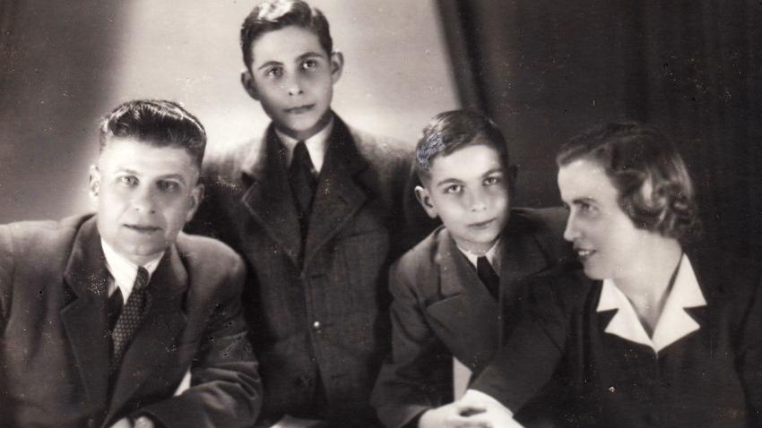 Petr (vlevo) s tatínkem, bratrem a nevlastní matkou Josefou v březnu roku 1945. Foto: Paměť národa