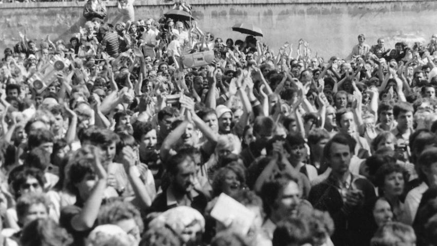 Nadšení poutníků při mši svaté 7. července 1985.