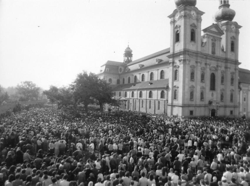 Prostranství před bazilikou při pouti v roce 1985. Foto Velehrad.cz