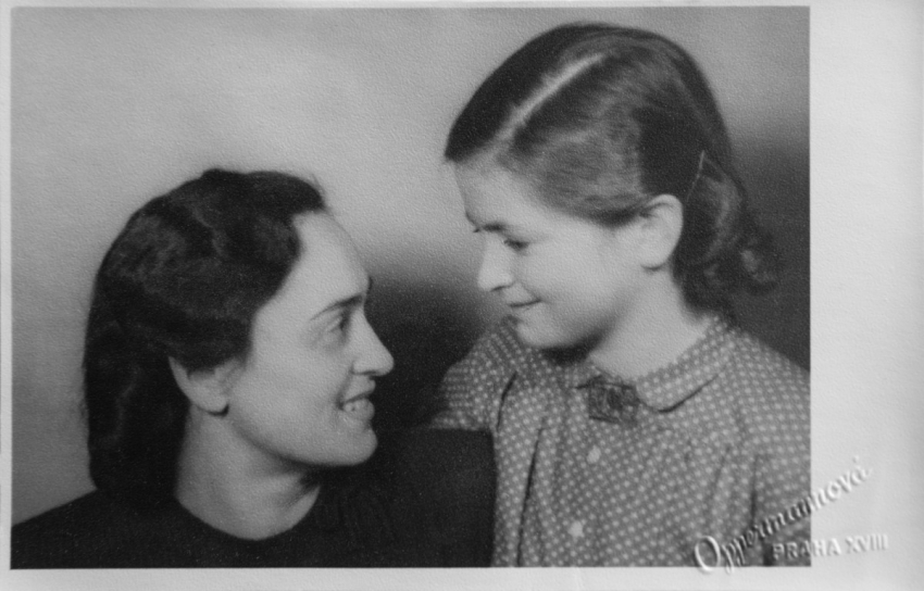 Malá Věra s maminkou Jolanou. Foto: Paměť národa