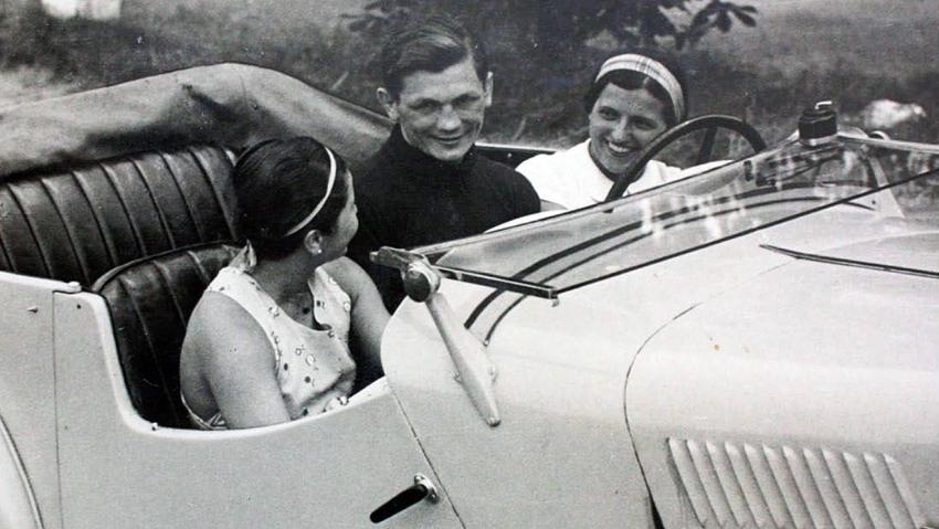 Vilda Jakš za volantem s Elou Slavíkovou a neznámou dívkou, 1935. Zdroj: archiv paní Bucové