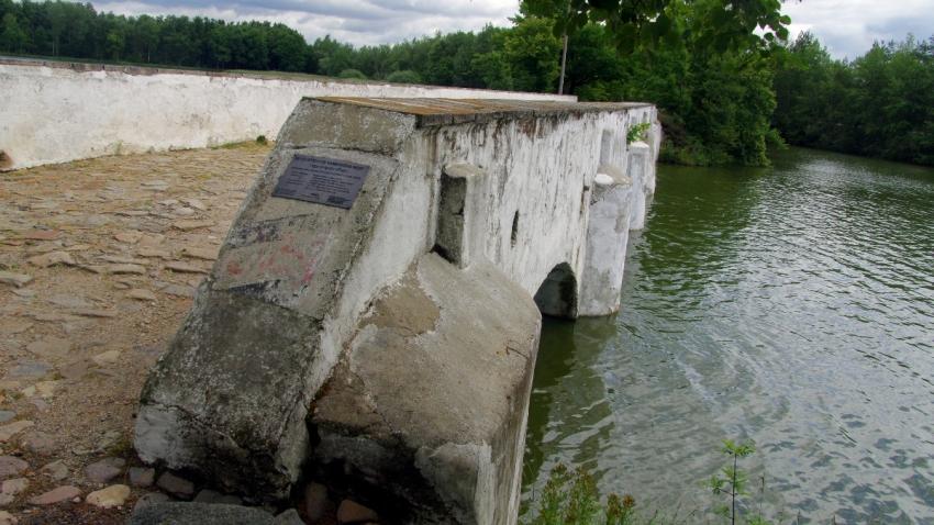 Po povodni v roce 2002 se zřítily dvě klenby mostu, a proto byl roku 2003 rekonstruován a restaurován. Foto: Wikimedia Commons
