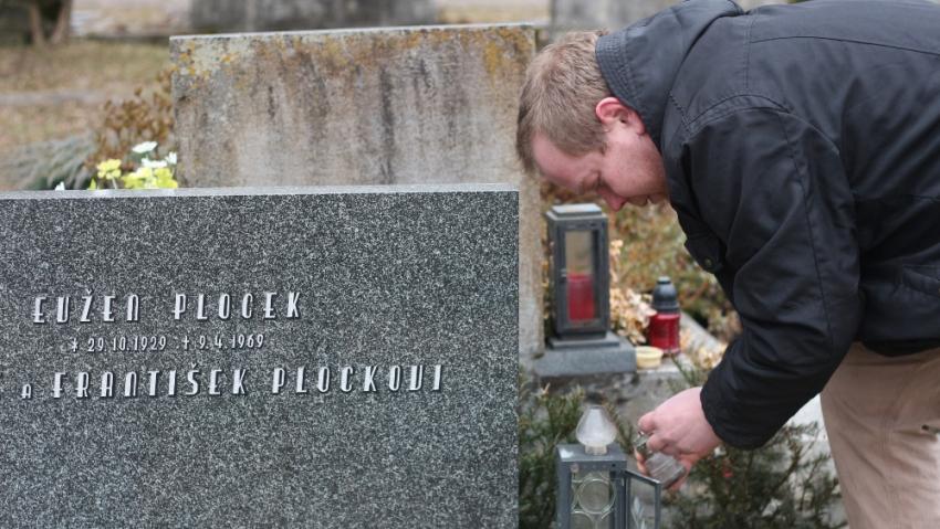 Vnuk Aleš Plocek u hrobu svého dědečka Evžena Plocka. Foto: Rostislav Šíma