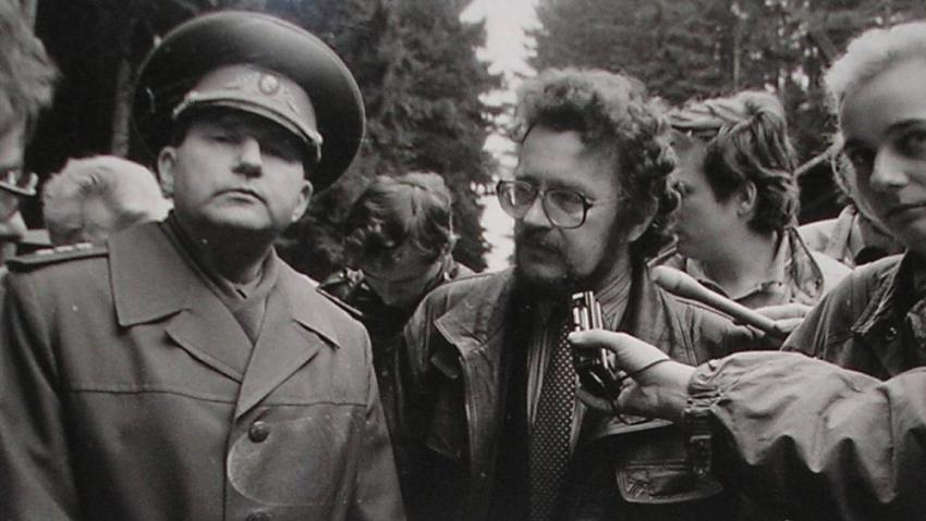Eduard Vorobjov s novináři v roce 1990. Zdroj: Paměť národa