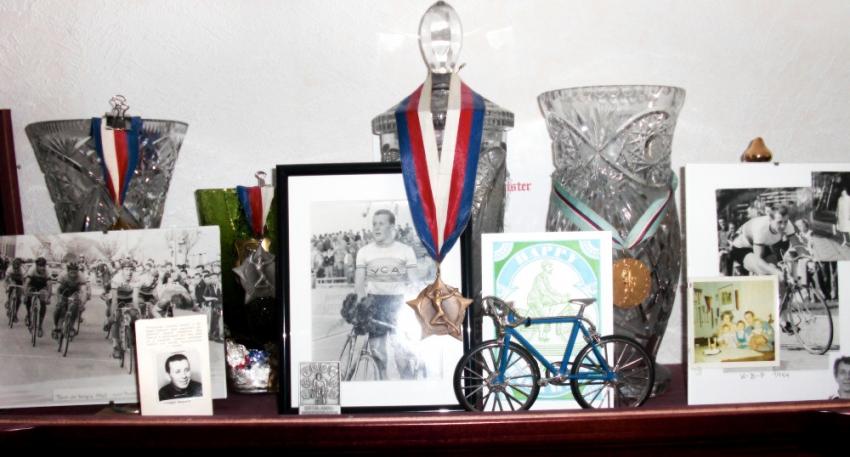 Některé jeho trofeje z cyklistických závodů.
