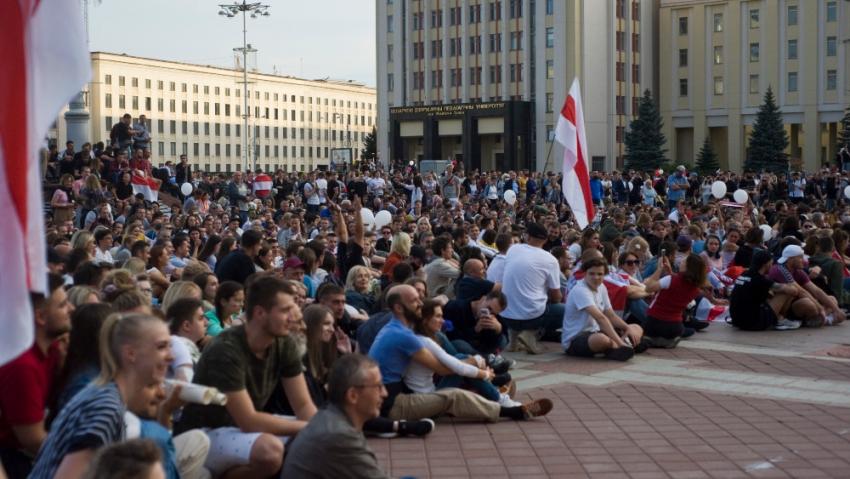Proti pokojným demonstrantům běloruská policie tvrdě zasahuje. Foto: Dmitrij Drozd
