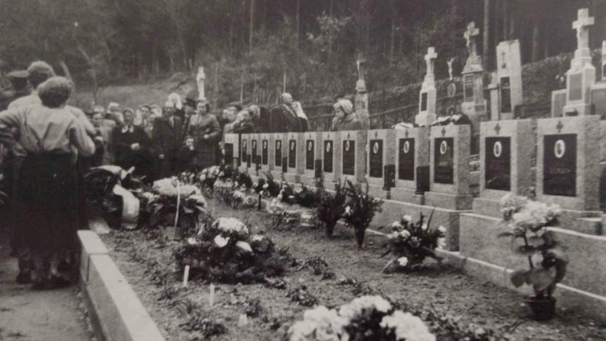 Pohřeb 19 salašských mužů na místním hřbitově. Byli pohřbeni ve společném hrobě vedle sebe, bez rakví, pokryti smrkovými větvemi. Foto: Paměť národa