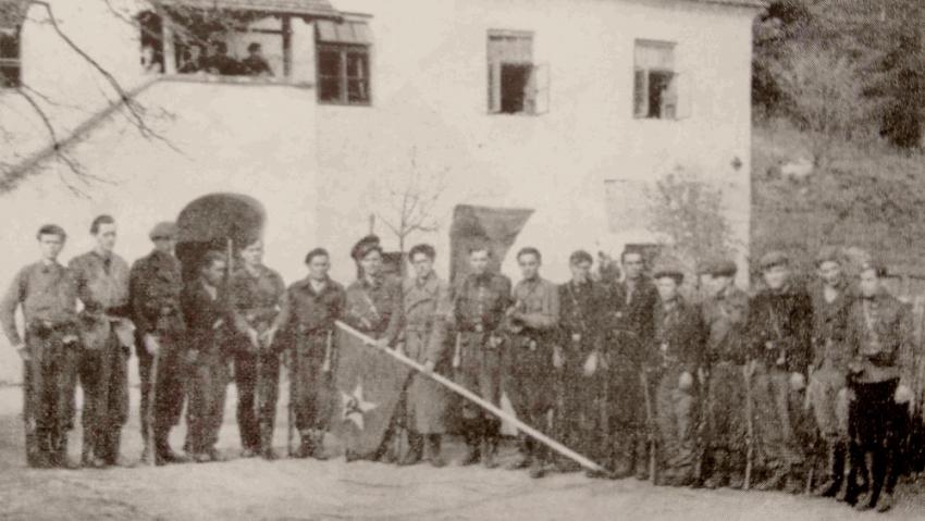 Partyzánský oddíl Olga před Tománkovou hájovnou. Foto: Paměť národa