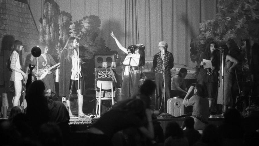 Pavel Zajíček (třetí zleva) jako host skupiny The Plastic People of the Universe ve Veleni v prosinci 1973. Foto: Jan Ságl