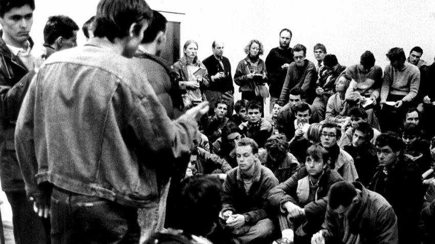 Martin Klíma při zakládání stávkových výborů na vysokoškolských kolejích po 17. listopadu 1989. Foto: Paměť národa