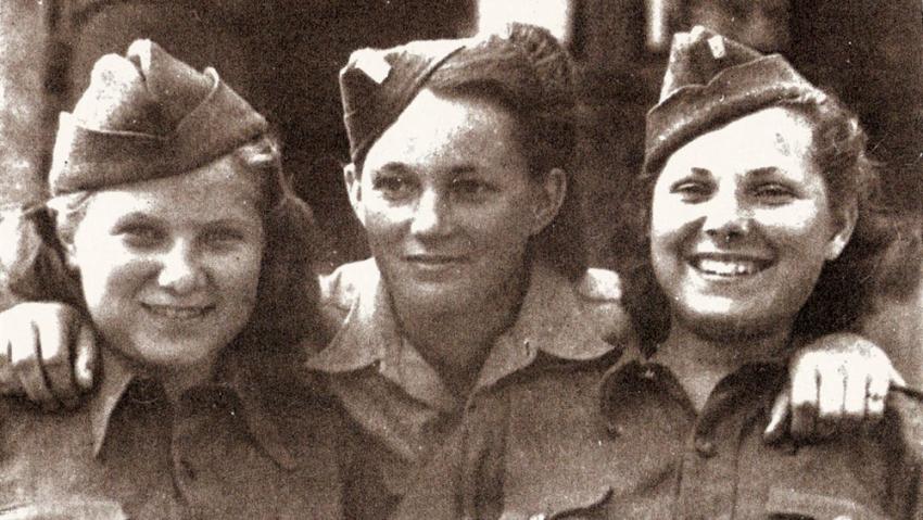 Zleva Věra Biněvská-Golubeva, Jarmila Kaplanová-Habrštátová, Sylvie Laštovičková-Abrosimova. Praha, květen 1945.
