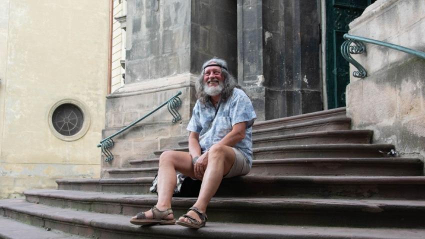 Alik Olisevyč na schodech dominikánského kostela ve Lvově v roce 2020. Foto: Alina Dzjubko