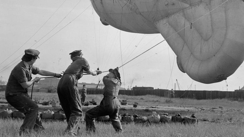 Příslušnice WAAF (Ženského pomocného letectva) při nácviku stahování obranné vzducholodě.
