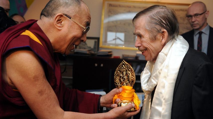 Dalajlama věnoval Václavu Havlovi tibetský bílý šál a zlaté kolo, symbol duchovní změny, ochrany a schopnosti překonávat překážky. Foto: ČTK/Kateřina Šulová
