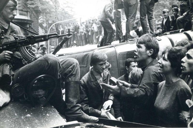 Diskuse mladých lidí se sovětskými okupanty 21. srpna 1968 v pražských ulicích. Zdroj: Paměť národa, foto: Antonín Chloupek