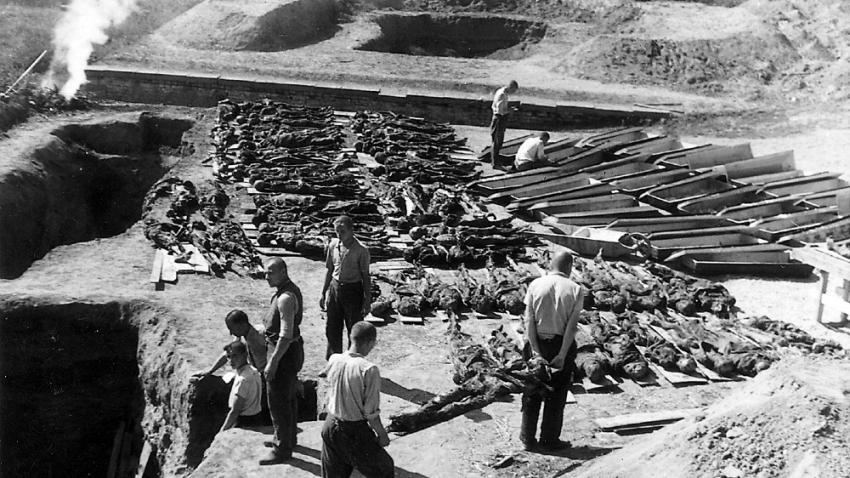 Exhumace hromadných hrobů u Malé pevnosti ve dnech 30. srpna až 4. září 1945. Foto: Karel Šanda