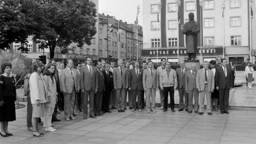 Mítínk na hradeckém Gottwaldově náměstí ke Dnům přátelství mládeže ČSSR a NDR v červnu 1987. Foto: ČTK/Stanislav Peška