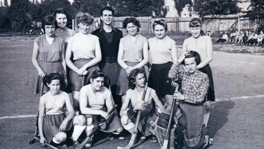 Začátky s pozemním hokejem v sezoně 1957–58. Zdroj: Paměť národa