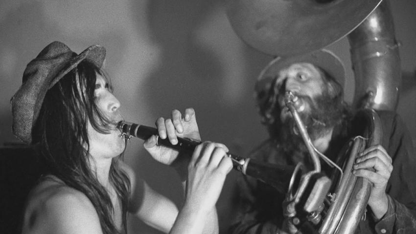 Mejla Hlavsa a Vráťa Brabenec (vpravo) ze skupiny The Plastic People of the Universe na koncertě ve Veleni na začátku 70. let. Foto: Jan Ságl