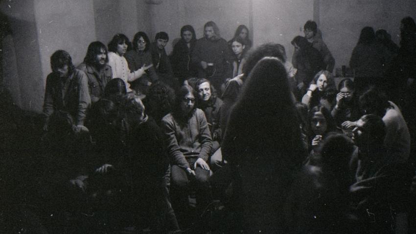 Jeden z koncertů v sále na baráku v Rychnově. Foto: Paměť národa
