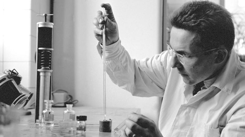 Dobový popisek k fotografii z 13. října 1960: Na II. oční klinice prof. Kurze v Praze se u desítek pacientů zkoušejí rohovkové kontaktní čočky, vyrobené z hydrokoloidní hmoty, vynalezené akademikem Wichterlem a dr. D. Límem. Čočky z této hmoty jsou velice pružné, propouštějí slzy, nedráždí oko a váží jen asi 0,025 g. Zkoušky s nimi ještě nejsou ukončeny. Podaří-li se odstranit některé menší závady v provedení čoček, znamenalo by to čočky světové novinky a převrat ve výrobě kontantních čoček. Na snímku Ing. Mirko Černý z národního podniku Dioptra plní směsí základní hmoty, katalyzátoru a urychlovače speciální formu, ve které pod tlakem vzniká polymerizací rohovková kontaktní čočka. Foto: ČTK/Dezort Jovan