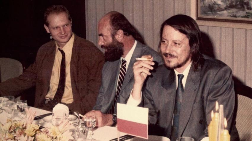 Jan Ruml jako náměstek ministra vnitra uprostřed, napravo ministr Ján Langoš, nalevo mluvčí federálního ministra vnitra Martin Fendrych.