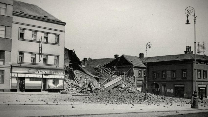 Náměstí Míru po bombardování v první poválečný den. Po celou válku byla Mladá Boleslav bombardování ušetřena. Zdroj: Muzeum Mladoboleslavska