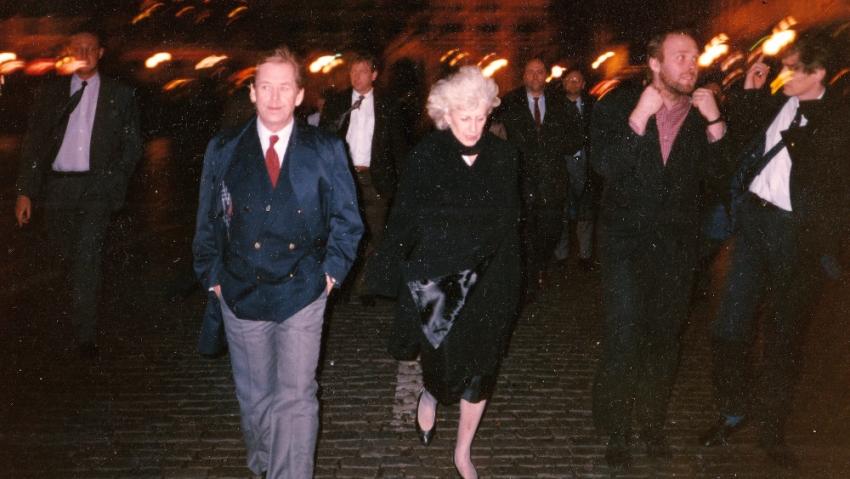 Při noční procházce Prahou s Havlovými, Alexandr Neuman druhý zleva. Zdroj: Paměť národa