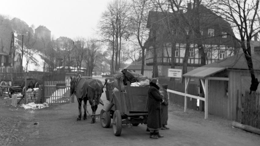 Němci na hraničním přechodu Potůčky (Breitenbach) na Karlovarsku v listopadu 1945. Foto: ČTK