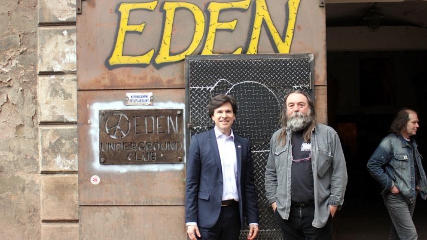 před undergroundovým klubem s americkým velvyslanecem Andy Shapirem, který klub navštívil v květnu 2016.