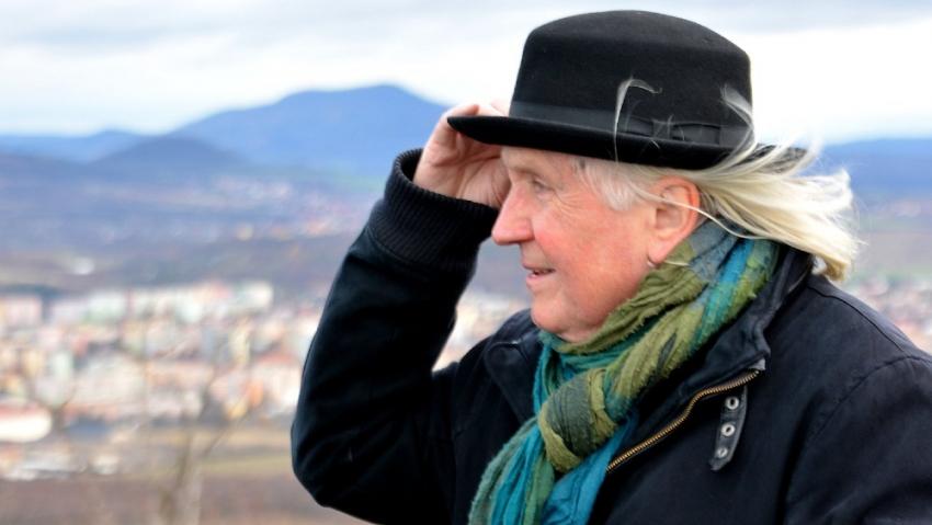 Viktor Parkán v roce 2018 na výletu po barácích v Českém středohoří s Klubem přátel Paměti národa. Foto: Post Bellum