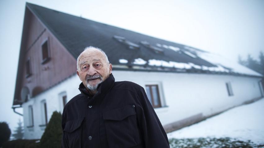 Antonín Burdych před svým rodným domem v Končinách. Foto: Tomáš Kubelka
