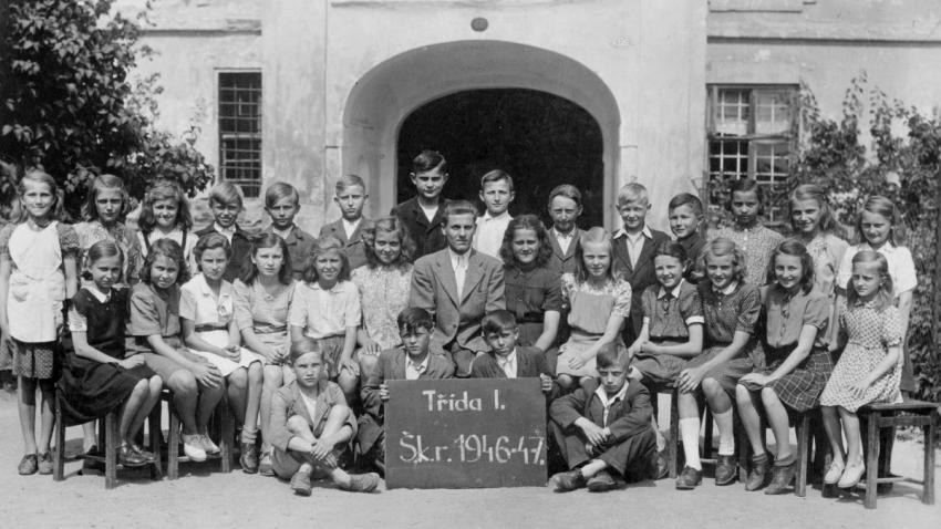 Paraska ve škole v Nezamyslicích u Prostějova, na fotografii napravo od učitele. Foto: archív Parasky Souchové