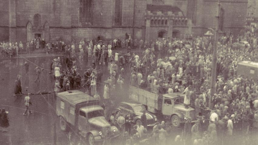 """Jedna z mála fotografií z 1. června 1953, na její druhé straně je popisek """"srocení nepřátelských živlů před plzeňskou radnicí dne 1. 6. 53"""". Zdroj: Státní oblastní archiv v Plzni"""