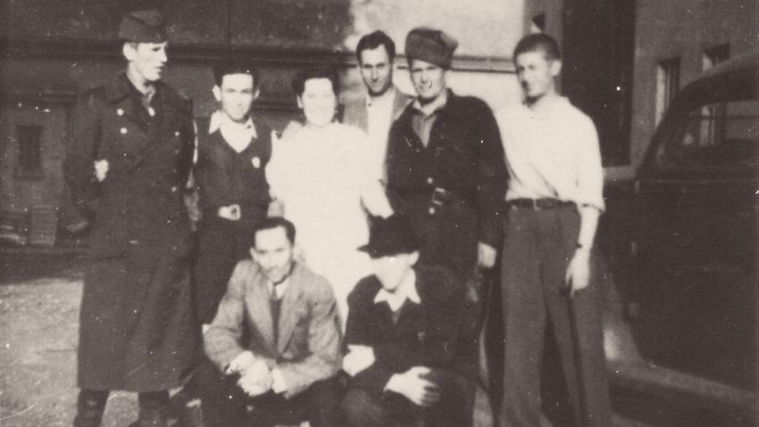 Avraham (vpravo) se svými přáteli, Jiřinou Sobotkovou a sovětskými vojáky po osvobození. Foto: Paměť národa