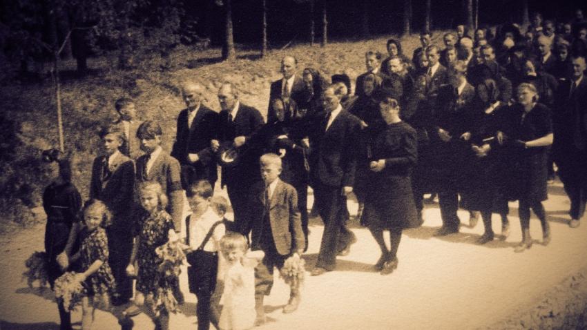 Pohřeb obětí zákřovského masakru 14. května 1945. Foto: Paměť národa
