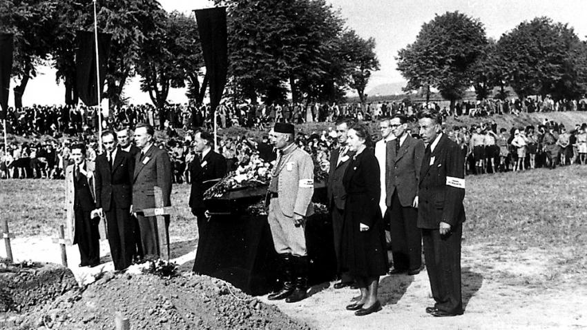 Milada Horáková na slavnostním pohřbu v Terezíně, kde měla projev za vězněné ženy. Foto: Karel Šanda