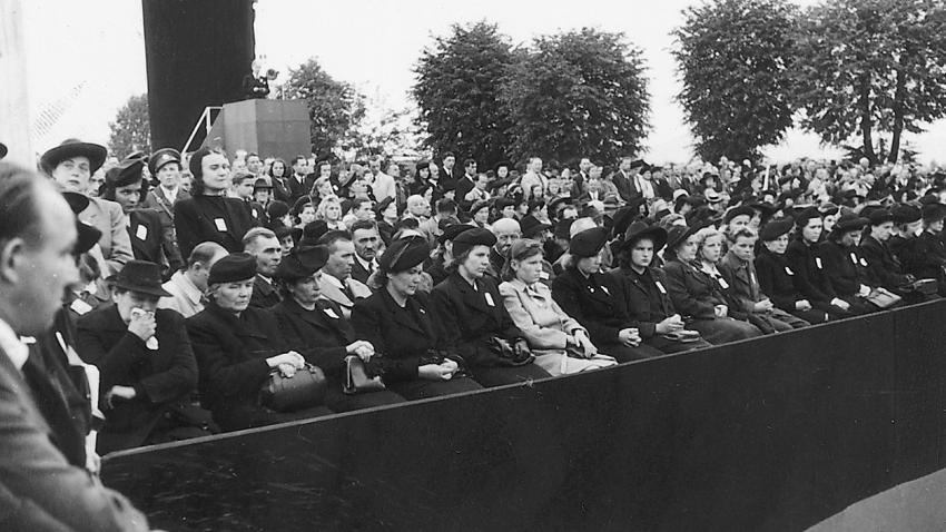 Národního pohřbu v Terezíně 16. září 1945 se zúčastnil ministr zahraničních věcí Jan Masaryk a JUDr. Milada Horáková, která promluvila za vězněné ženy. K prvnímu výročí osvobození se na Národním hřbitově konala 12. května 1946 vzpomínková slavnost. Terezínská tryzna se letos poprvé přesouvá z května na říjen.