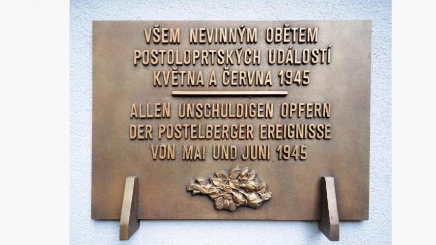Památku obětí připomíná na hřbitově v Postoloprtech pamětní deska až od 3. června 2010. Instalována byla po mnohaletých diskusích a masakr je na ní nazván událostmi. Foto: Český rozhlas