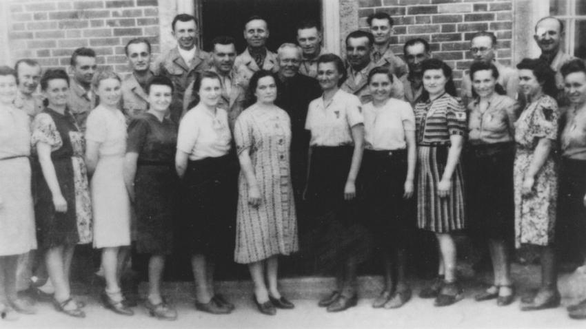 Společná fotografie lidických žen s muži ze Sachsenhausenu po návratu. Foto: Paměť národa/Milada Cábová