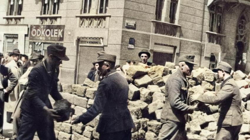 Barikády stavěli Pražané ve všech městských částech. Foto: Paměť národa