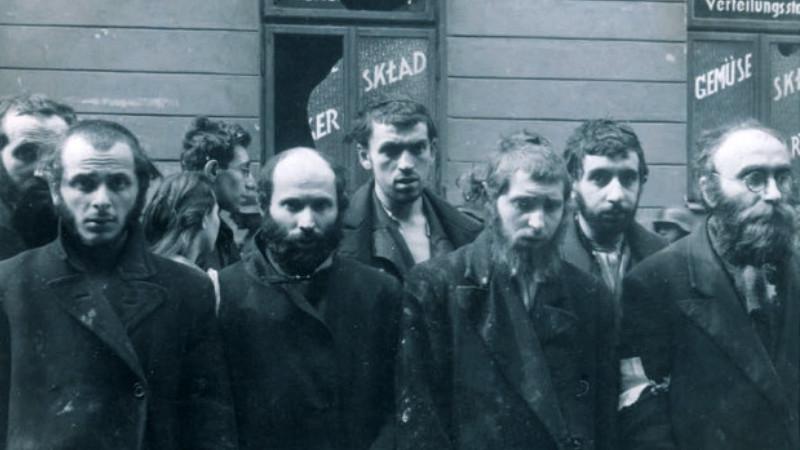Povstalci na fotografii z 16. května 1943, která byla pořízena pro závěrečnou zprávu velitele likvidačního zásahu Jürgena Stroopa. Foto: Wikimedia Commons/Public Domain