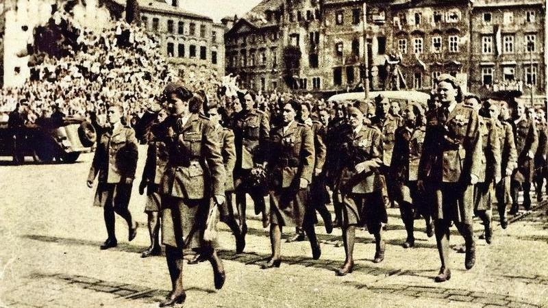 Ženy bojující v 1. československém armádním sboru v SSSR pochodují před prezidentem Benešem na Staroměstském náměstí 17. května 1945. Foto: Zeny-bojujici.cz