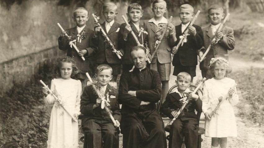 Místo do Pionýra chodil do kostela. František Lízna (v horní řadě uprostřed) při prvním svatém přijímání. Foto: Paměť národa