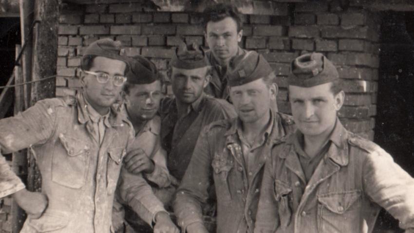 Luděk Svoboda (vpravo) byl nucen vyučit se u PTP zedníkem. Foto: Paměť národa
