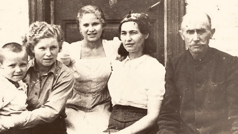 Rodina Biněvských-Morozovičových v Buzuluku: Mirek, Vanda, Věra, maminka Růžena a Lucian Morozovič.
