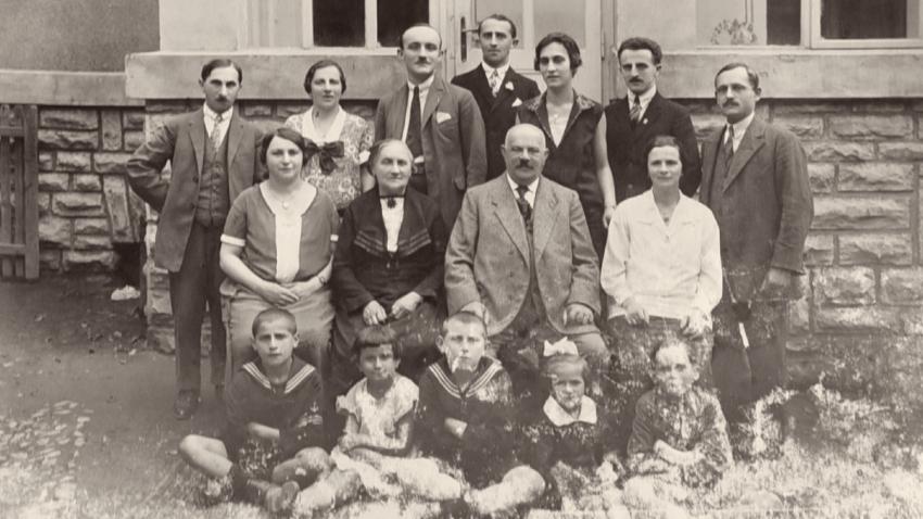 Rodina Lamplova před domkem proti synagoze. Foto: Paměť národa