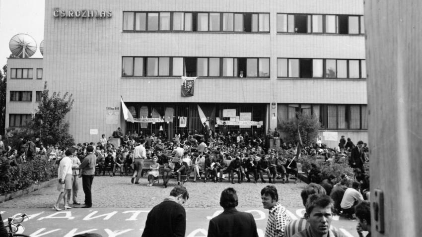 Československý rozhlas v Plzni v obležení lidí, kteří ho v srpnu 1968 bránili před Sověty. Foto:  Milan Marko